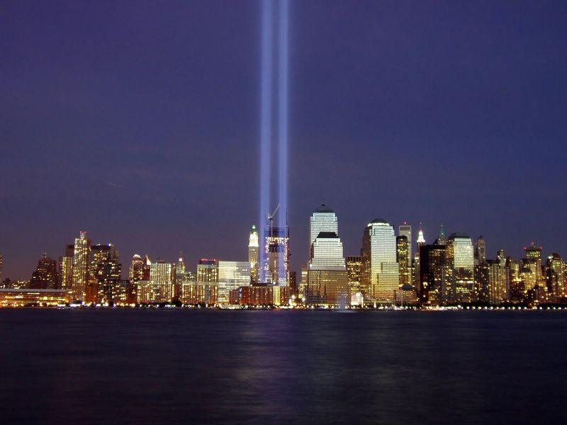 Ground_zero_wtc-2004-light_memorial